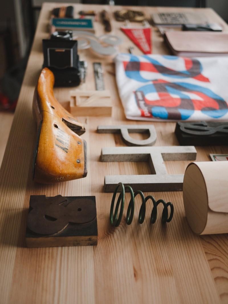 work-place-desk-utensils-shoemaker-cobbler[1]
